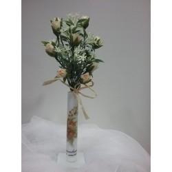 Proveta amb flors artificials