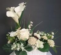 Centros funerarios con flores y plantas naturales y artificiales